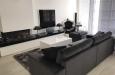 Design bankstel en velours vloerkleed met hoogglans salontafel