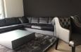 Luxe velours hoekbank op maat met salontafel hoogglans op maat en vloerkleed op maat