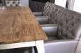 Design stoelen met witte poten en capitons