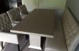 Gecapitoneerde stoelen met knopen en eetkamerbank op maat