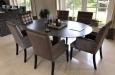 Luxe eetkamerstoelen met vlakken in de rugleuning en nagels
