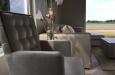 Luxe stoel met velourse stof en design stiksel