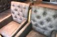 Moderne stoelen in lederlook stof met knopen
