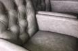 Stoelen met knopen in lederlook stof