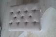 Gecapitonneerde hocker met witte poten