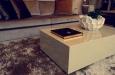 Hoogglans salontafel met karpet op maat en luxe schelpvaas